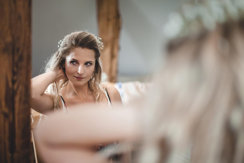 Alena Ales Svatba Nevesta Pripravy Zrcadlo Vlasy | Svatby | Roman Kozák